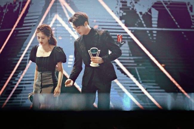 """""""Phó Hằng"""" Hứa Khải công khai nắm tay """"bạn gái tin đồn"""" Bạch Lộc lên nhận giải cặp đôi nổi tiếng  - Ảnh 3."""