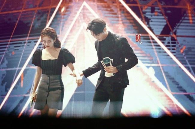"""""""Phó Hằng"""" Hứa Khải công khai nắm tay """"bạn gái tin đồn"""" Bạch Lộc lên nhận giải cặp đôi nổi tiếng  - Ảnh 5."""