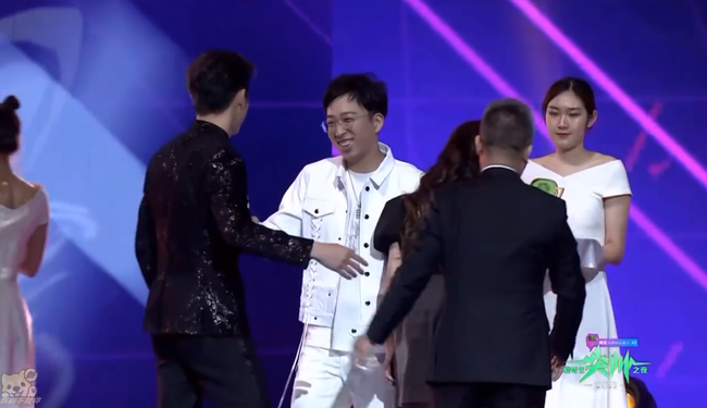 """""""Phó Hằng"""" Hứa Khải công khai nắm tay """"bạn gái tin đồn"""" Bạch Lộc lên nhận giải cặp đôi nổi tiếng  - Ảnh 7."""