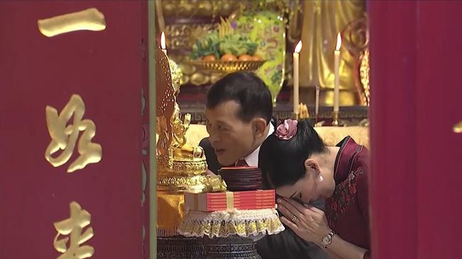 Vị thế vững chắc của Hoàng hậu Thái Lan: Tỏa sáng trong bộ trang phục khác biệt, kết hợp ăn ý với nhà vua, được dân chúng ủng hộ - Ảnh 6.
