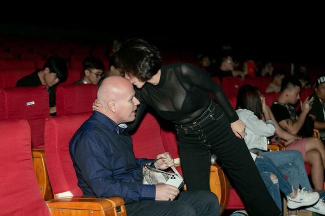 """Chỉ đi tổng duyệt HHHV, Thu Minh cũng chiếm hết spotlight với chiếc túi bạch tạng """"tiền tạ tiền  tấn"""" - Ảnh 2."""