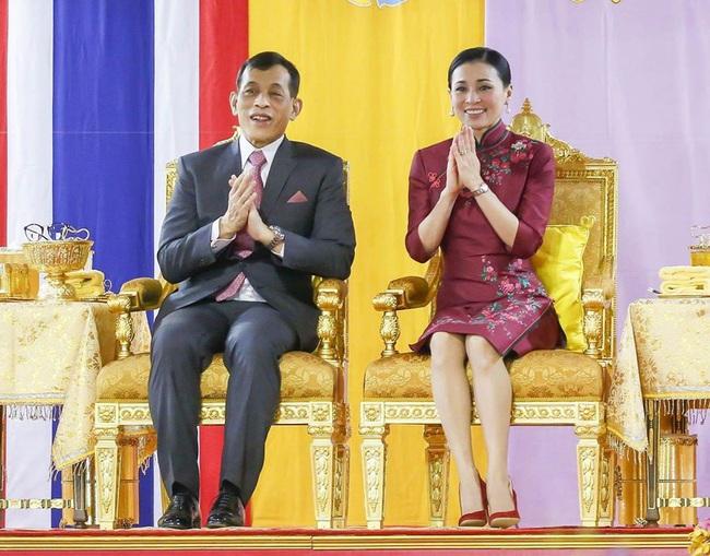 Vị thế vững chắc của Hoàng hậu Thái Lan: Tỏa sáng trong bộ trang phục khác biệt, kết hợp ăn ý với nhà vua, được dân chúng ủng hộ - Ảnh 5.