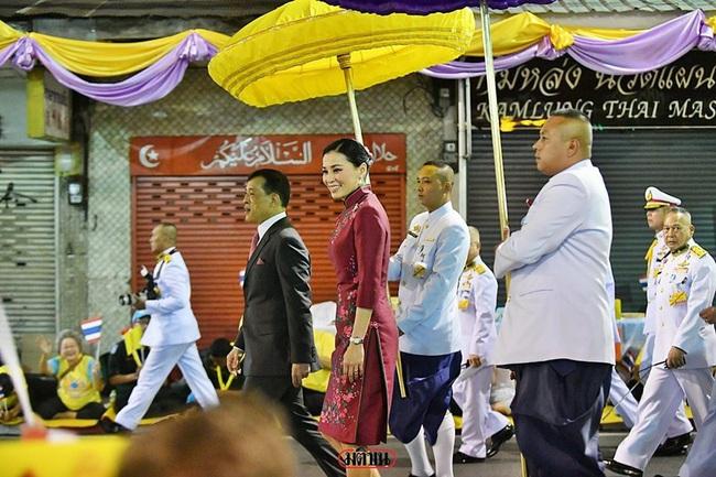 Vị thế vững chắc của Hoàng hậu Thái Lan: Tỏa sáng trong bộ trang phục khác biệt, kết hợp ăn ý với nhà vua, được dân chúng ủng hộ - Ảnh 3.