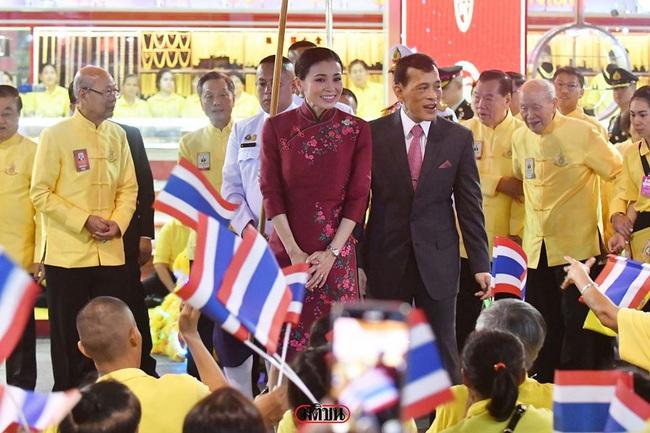 Vị thế vững chắc của Hoàng hậu Thái Lan: Tỏa sáng trong bộ trang phục khác biệt, kết hợp ăn ý với nhà vua, được dân chúng ủng hộ - Ảnh 1.