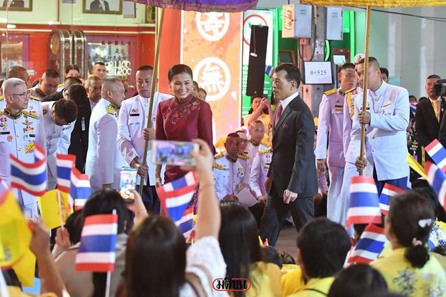 Vị thế vững chắc của Hoàng hậu Thái Lan: Tỏa sáng trong bộ trang phục khác biệt, kết hợp ăn ý với nhà vua, được dân chúng ủng hộ - Ảnh 2.