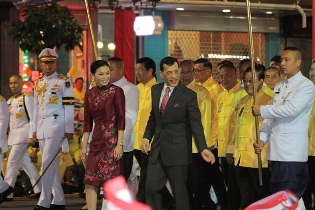Vị thế vững chắc của Hoàng hậu Thái Lan: Tỏa sáng trong bộ trang phục khác biệt, kết hợp ăn ý với nhà vua, được dân chúng ủng hộ - Ảnh 7.