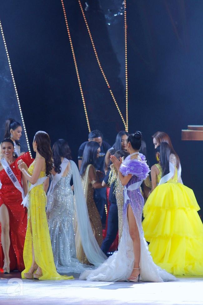 Trượt Top 3, Hương Ly ngất xỉu ngay trên sân khấu chung kết Hoa hậu Hoàn vũ Việt Nam 2019 - Ảnh 4.
