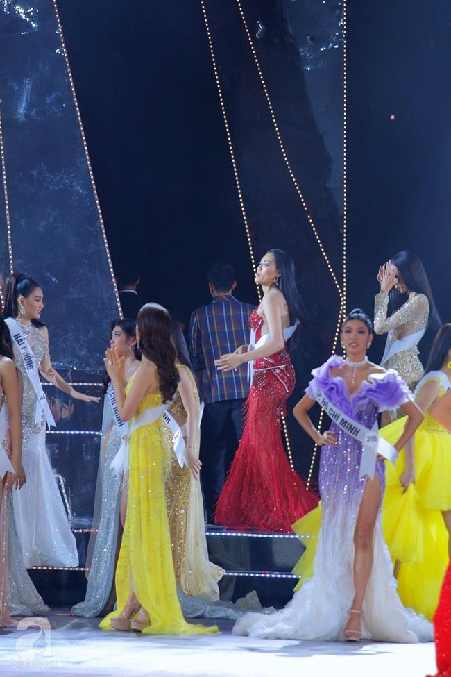 Trượt Top 3, Hương Ly ngất xỉu ngay trên sân khấu chung kết Hoa hậu Hoàn vũ Việt Nam 2019 - Ảnh 6.