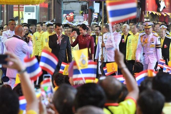 Vị thế vững chắc của Hoàng hậu Thái Lan: Tỏa sáng trong bộ trang phục khác biệt, kết hợp ăn ý với nhà vua, được dân chúng ủng hộ - Ảnh 4.