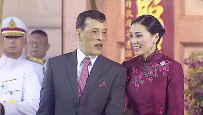Vị thế vững chắc của Hoàng hậu Thái Lan: Tỏa sáng trong bộ trang phục khác biệt, kết hợp ăn ý với nhà vua, được dân chúng ủng hộ - Ảnh 8.