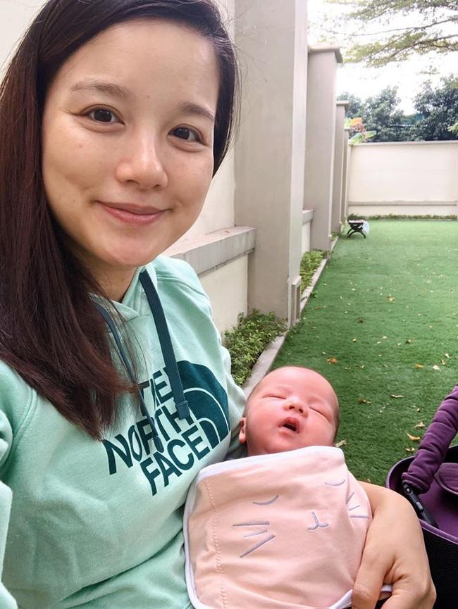 Tự tin khoe mặt mộc sau sinh, MC Minh Trang gây ngạc nhiên vì con mới 10 ngày tuổi đã bế ra ngoài - Ảnh 1.