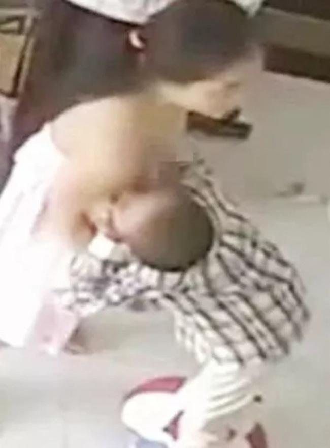 Người mẹ vô tư cho con trai 9 tuổi bú nơi công cộng: Hậu quả khó lường khi quá nuông chiều con! - Ảnh 1.