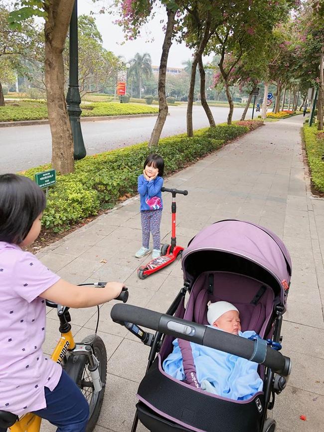Tự tin khoe mặt mộc sau sinh, MC Minh Trang gây ngạc nhiên vì con mới 10 ngày tuổi đã bế ra ngoài - Ảnh 3.