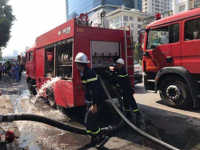 Hà Nội: Hàng chục người thoát nạn từ cầu thang bộ sau vụ cháy tòa nhà - Ảnh 1.