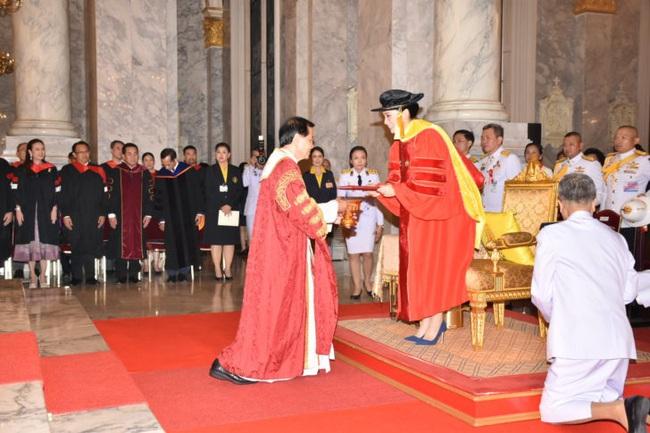 Hoàng hậu Thái Lan rạng rỡ đi dự sự kiện một mình và nhận bằng Tiến sĩ danh dự, vị thế ngày càng vững chắc - Ảnh 5.