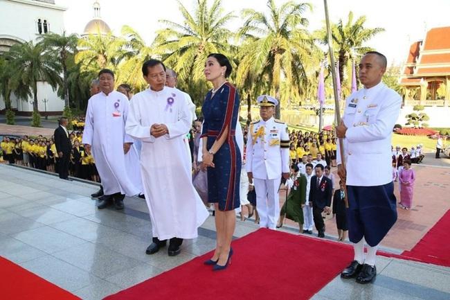 Hoàng hậu Thái Lan rạng rỡ đi dự sự kiện một mình và nhận bằng Tiến sĩ danh dự, vị thế ngày càng vững chắc - Ảnh 1.