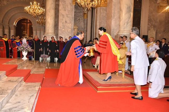 Hoàng hậu Thái Lan rạng rỡ đi dự sự kiện một mình và nhận bằng Tiến sĩ danh dự, vị thế ngày càng vững chắc - Ảnh 4.
