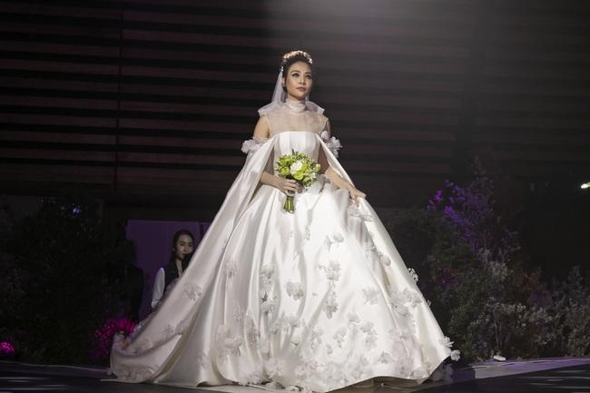 """5 sao Việt thay váy cưới như """"chạy sô"""" trong năm 2019, bộ nào cũng cầu kỳ lộng lẫy chuẩn công chúa cổ tích - Ảnh 9."""