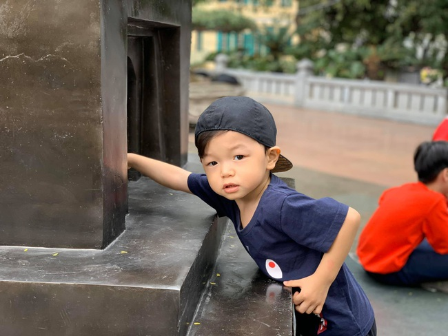 """Kỳ Hân đăng ảnh nhớ con trai, ai cũng """"đứng hình"""" vì bé Tỏi quá đẹp trai đáng yêu, nụ cười giống hệt Mạc Hồng Quân - Ảnh 2."""