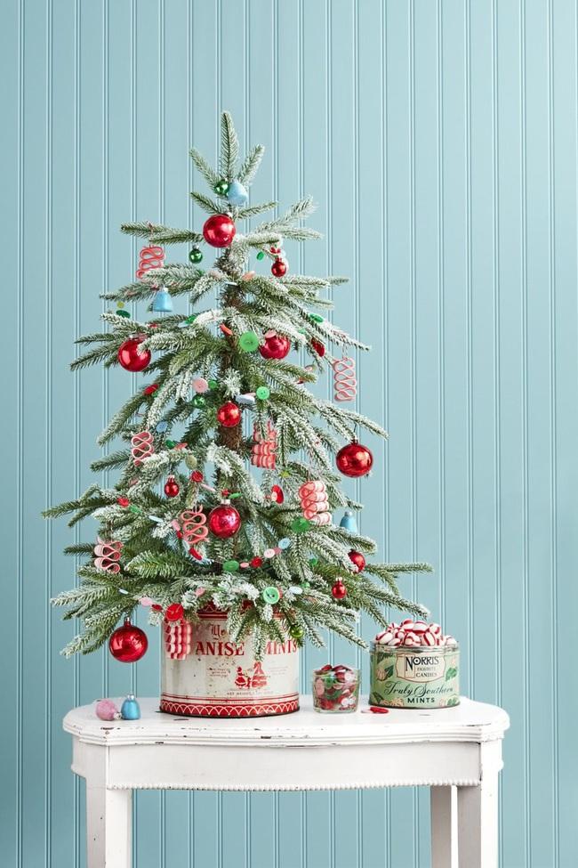 Những ý tưởng decor giá đỡ cây thông vừa nhanh chóng vừa tiết kiệm tạo nét độc đáo cho nhà bạn dịp Noel - Ảnh 2.