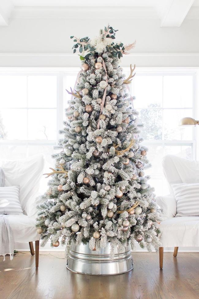 Những ý tưởng decor giá đỡ cây thông vừa nhanh chóng vừa tiết kiệm tạo nét độc đáo cho nhà bạn dịp Noel - Ảnh 9.