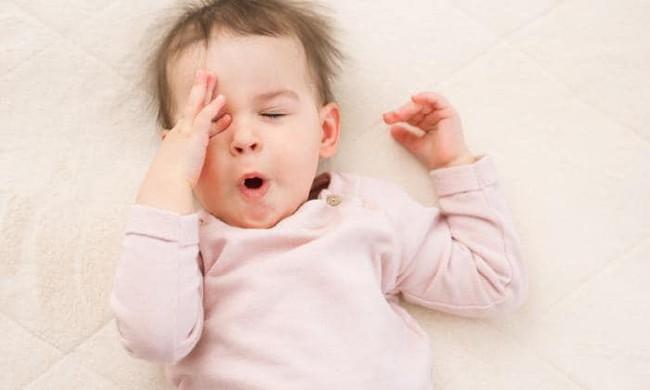 Chỉ cần nằm lòng bí quyết này của chuyên gia, cha mẹ sẽ rèn con ngủ ngoan ngay những tháng đầu cực kì hiệu quả - Ảnh 1.