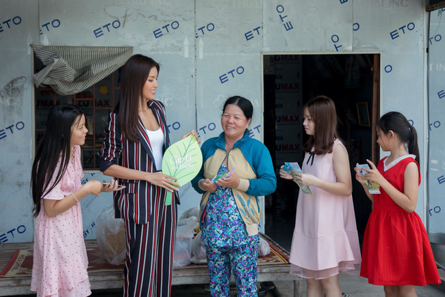Minh Tú xúc động khi mang cái Tết ấm áp cho 4 bà cháu nhà nghèo tại Đồng Tháp - Ảnh 2.