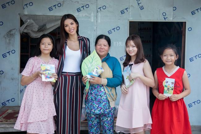 Minh Tú xúc động khi mang cái Tết ấm áp cho 4 bà cháu nhà nghèo tại Đồng Tháp - Ảnh 3.