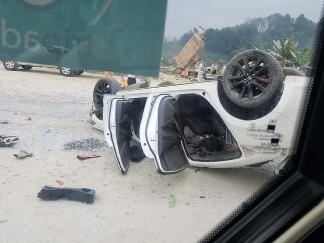 Yên Bái: Xế hộp lộn nhiều vòng trên cao tốc, 3 người nhập viện - Ảnh 2.