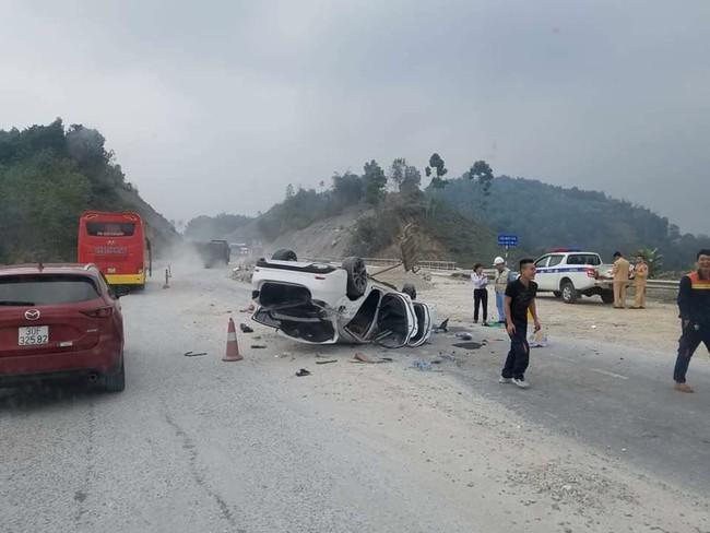 Yên Bái: Xế hộp lộn nhiều vòng trên cao tốc, 3 người nhập viện - Ảnh 3.