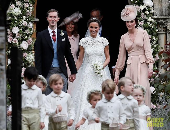 Bức xúc vì mẹ chồng tương lai chọn váy như váy cưới, cô dâu hỏi ý kiến cư dân mạng và đây là kết quả - Ảnh 1.