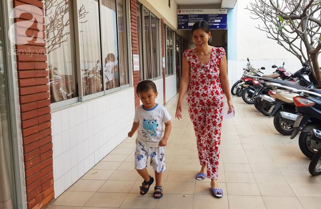 Bé trai Vĩnh Long bị đâm xuyên não lúc mới sinh đón giao thừa cùng mẹ trong viện, ngổn ngang nỗi lo sau Tết - Ảnh 6.