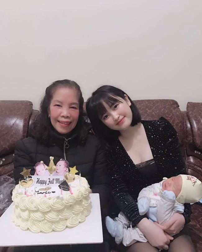 Ngỡ ngàng với nhan sắc ngọt ngào tươi tắn của mẹ nuôi em bé Lào Cai trong lễ đầy tháng con trai đầu lòng - Ảnh 2.
