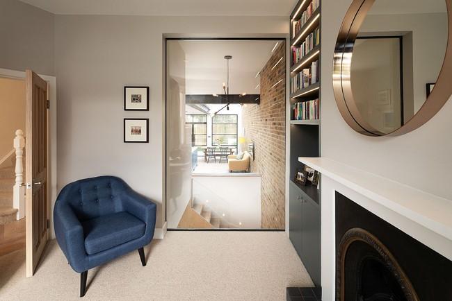 Chỉ với 3 vật liệu đơn giản, kiến trúc sư đã giúp ngôi nhà chật chội này có lối thoát tài tình - Ảnh 12.