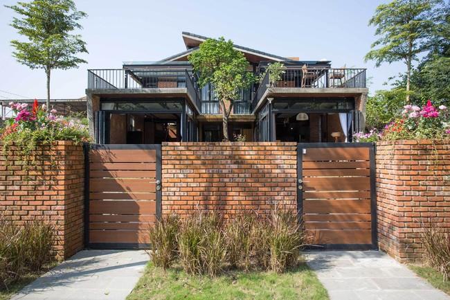 Hai ngôi nhà riêng biệt gộp chung thành biệt thự sang chảnh giữa núi đồi mênh mông của hai người bạn thân ở Đà Nẵng - Ảnh 1.