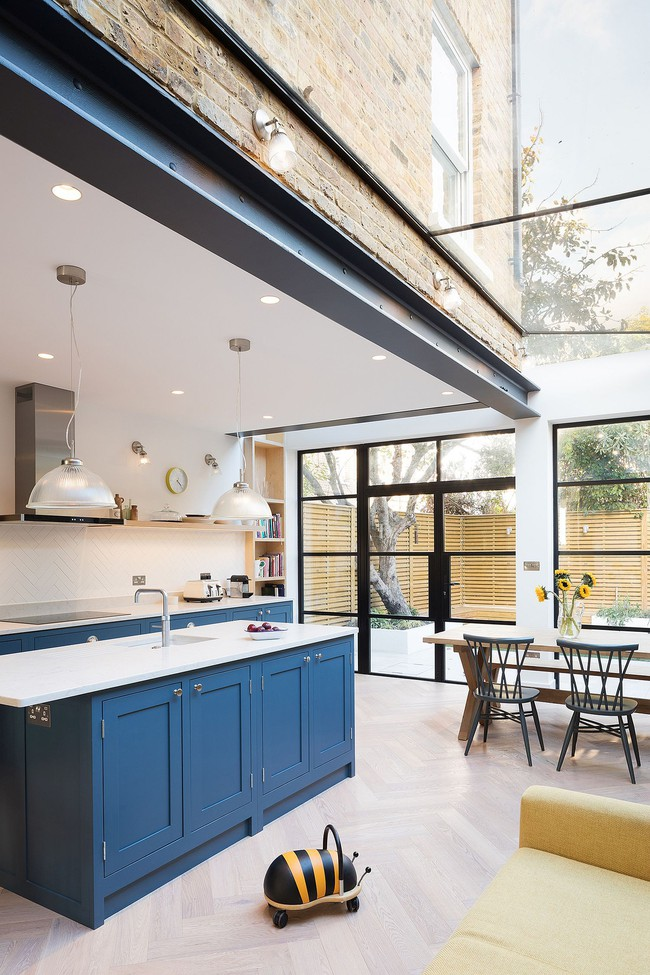 Chỉ với 3 vật liệu đơn giản, kiến trúc sư đã giúp ngôi nhà chật chội này có lối thoát tài tình - Ảnh 5.