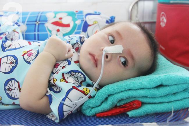 Ánh mắt cầu cứu của bé trai 7 tháng tuổi bị mẹ bỏ rơi trước cổng chùa vì mắc bệnh bại não - Ảnh 10.