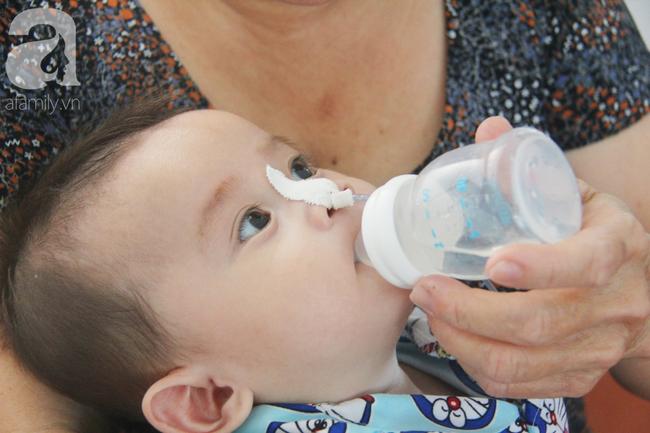 Ánh mắt cầu cứu của bé trai 7 tháng tuổi bị mẹ bỏ rơi trước cổng chùa vì mắc bệnh bại não - Ảnh 16.