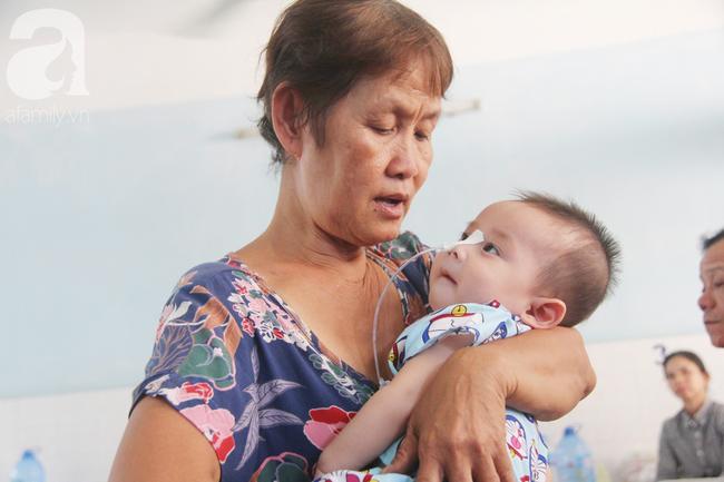Ánh mắt cầu cứu của bé trai 7 tháng tuổi bị mẹ bỏ rơi trước cổng chùa vì mắc bệnh bại não - Ảnh 13.
