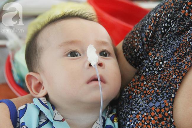 Ánh mắt cầu cứu của bé trai 7 tháng tuổi bị mẹ bỏ rơi trước cổng chùa vì mắc bệnh bại não - Ảnh 8.
