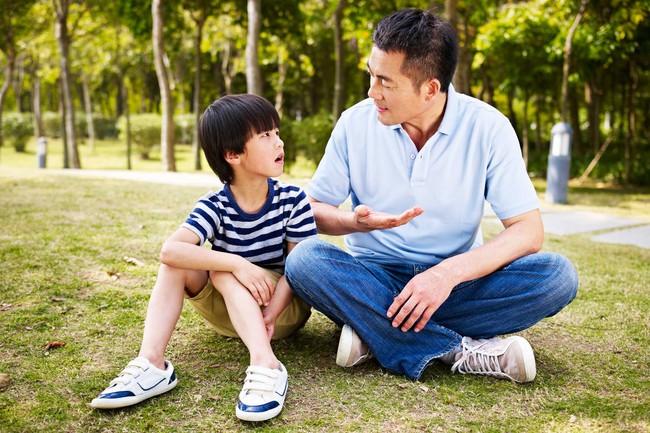 Con lúc nào cũng nói trả treo, cãi tay đôi lại? Cha mẹ hãy làm ngay theo lời khuyên này của chuyên gia để trị thói xấu đó của bé - Ảnh 4.