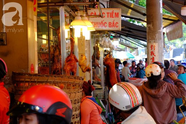 Phố heo quay Sài Gòn hút hàng ngàn người đến mua ngày Thần tài, dân quân, công an mệt nhoài bảo vệ trật tự - Ảnh 1.