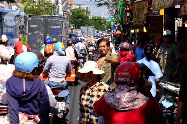 Phố heo quay Sài Gòn hút hàng ngàn người đến mua ngày Thần tài, dân quân, công an mệt nhoài bảo vệ trật tự - Ảnh 12.