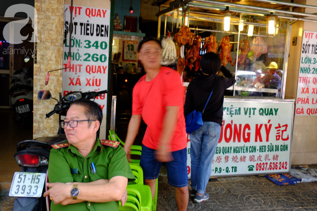 Phố heo quay Sài Gòn hút hàng ngàn người đến mua ngày Thần tài, dân quân, công an mệt nhoài bảo vệ trật tự - Ảnh 13.