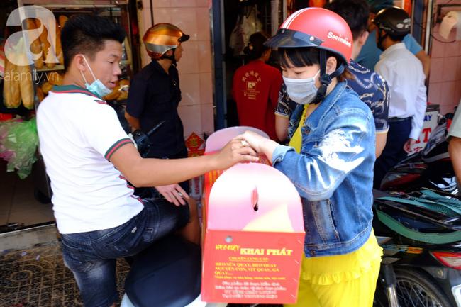 Phố heo quay Sài Gòn hút hàng ngàn người đến mua ngày Thần tài, dân quân, công an mệt nhoài bảo vệ trật tự - Ảnh 14.