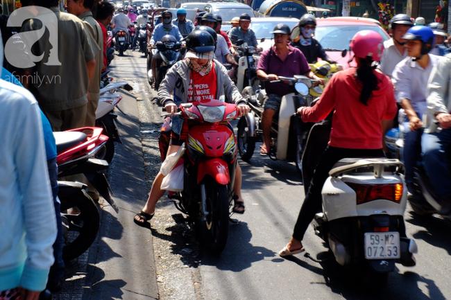Phố heo quay Sài Gòn hút hàng ngàn người đến mua ngày Thần tài, dân quân, công an mệt nhoài bảo vệ trật tự - Ảnh 5.