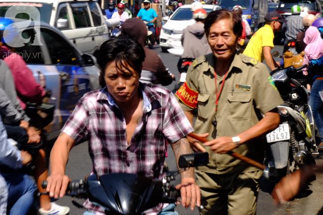 Phố heo quay Sài Gòn hút hàng ngàn người đến mua ngày Thần tài, dân quân, công an mệt nhoài bảo vệ trật tự - Ảnh 15.