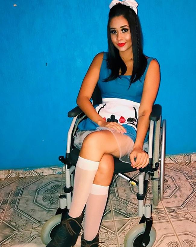Đi xỏ khuyên mũi làm đẹp, cô gái trẻ không ngờ mình phải ngồi trên xe lăn suốt cuộc đời - Ảnh 1.