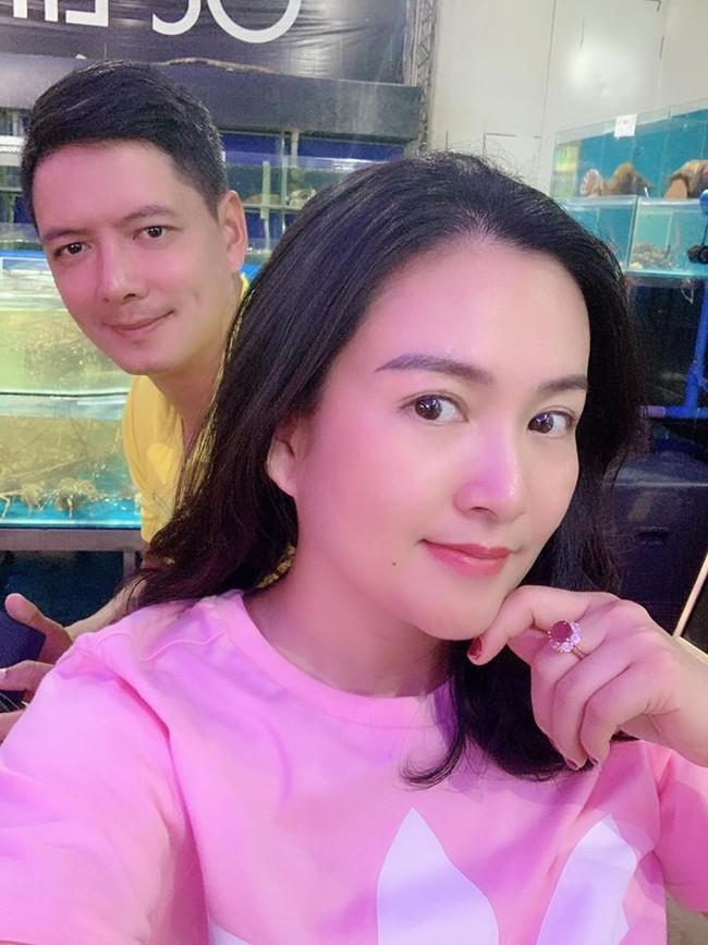 Gạ chồng đi ăn mừng Valentine sớm, bà xã Bình Minh rớt nước mắt vì món quà ý nghĩa chồng dành tặng - Ảnh 1.