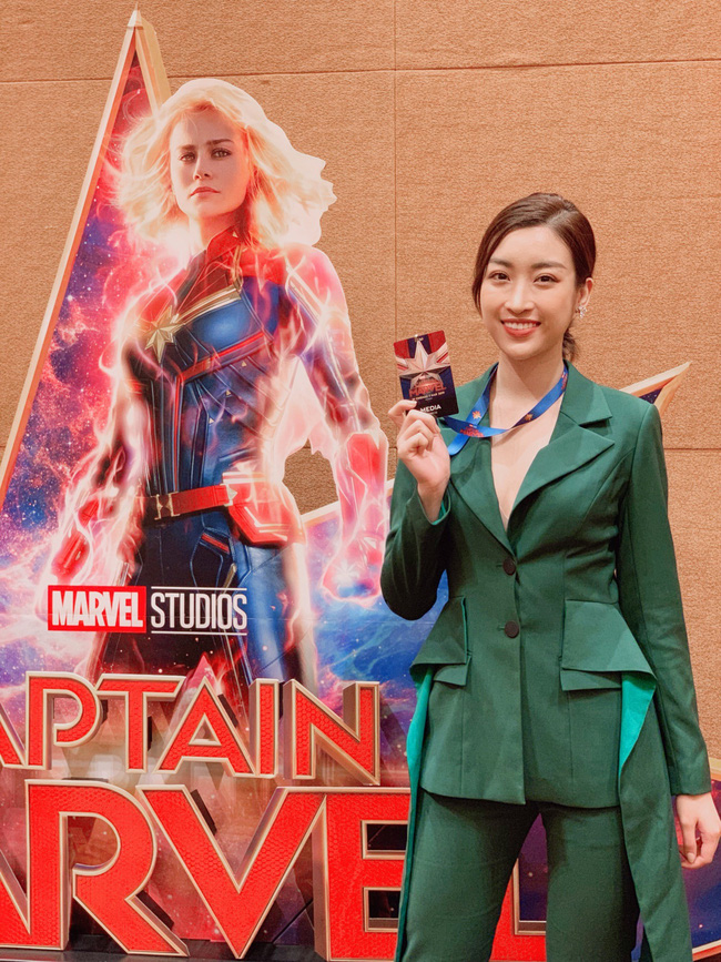 Hoa hậu Đỗ Mỹ Linh phỏng vấn bằng tiếng Anh cực trôi chảy, Captain Marvel trả lời khiến cả khán phòng hú hét vỗ tay - Ảnh 2.